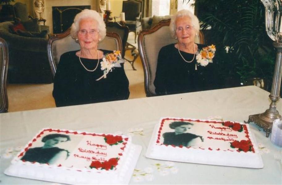 """Ở tuổi 100, cặp chị em Mary và Mae lại quay về sống chung để đỡ đần nhau khi về già. Bà Mary âu yếm nhìn em gái: """"Chúng tôi đã luôn ở bên nhau mọi lúc mọi nơi, không bao giờ tách rời. Lúc nào tôi cũng cần Mae. Chúng tôi đã có một cuộc sống thật tuyệt vời!""""."""