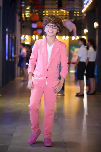 """Trong buổi ra mắt bộ phim """"Sứ mệnh trái tim"""" do hãng Thiên Phúc sản xuất, Gia Khiêm xuất hiện cực kỳ ấn tượng, """"ton sus ton"""" với bộ vest và đôi giày màu hồng."""