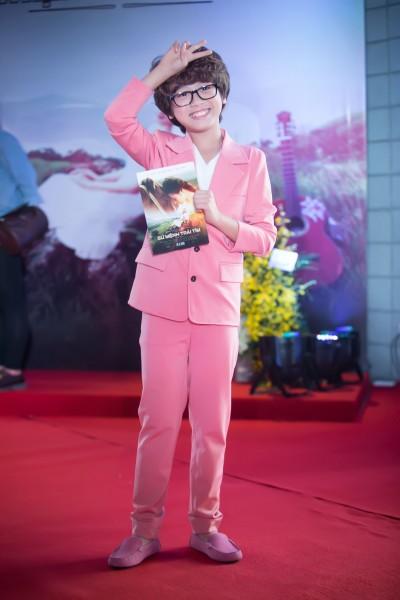 """Trong phim """"Sứ mệnh trái tim"""", Gia Khiêm vào vai Hoàng Bách hồi nhỏ. Hoàng Bách là 1 trong 2 nhân vật nam chính của phim, do người mẫu Võ Cảnh thủ vai."""
