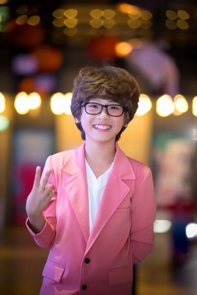 """Hoàng Bách là vai diễn đầu tiên đánh dấu sự chạm ngõ điện ảnh của cậu bé 11 tuổi đến từ Hà Nội này. Ở ngoài đời, Gia Khiêm """"cute"""" như thế nào thì ở trên phim, """"Hoàng Bách nhí"""" cũng đáng yêu không hề kém cạnh."""
