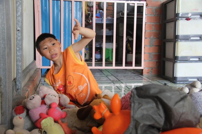 Trải qua cú sốc lớn trong đời, anh Nghị gắng gượng, đưa hai con vào Sài Gòn để tiếp tục cuộc sống mưu sinh.