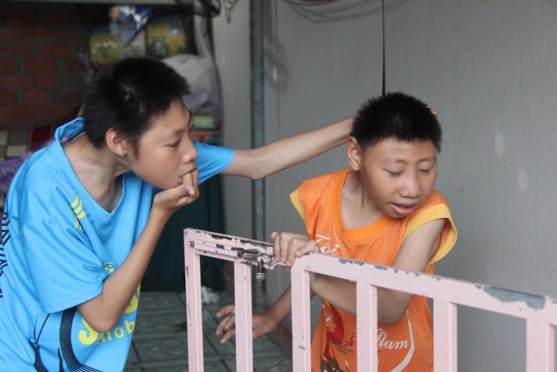 Hai đứa nhỏ, Đặng Hữu Toàn năm nay đã lên 12 tuổi, Đặng Hữu Tùng 9 tuổi, suốt ngày ú ớ, cười đùa, rồi đập phá đồ đạc xung quanh.