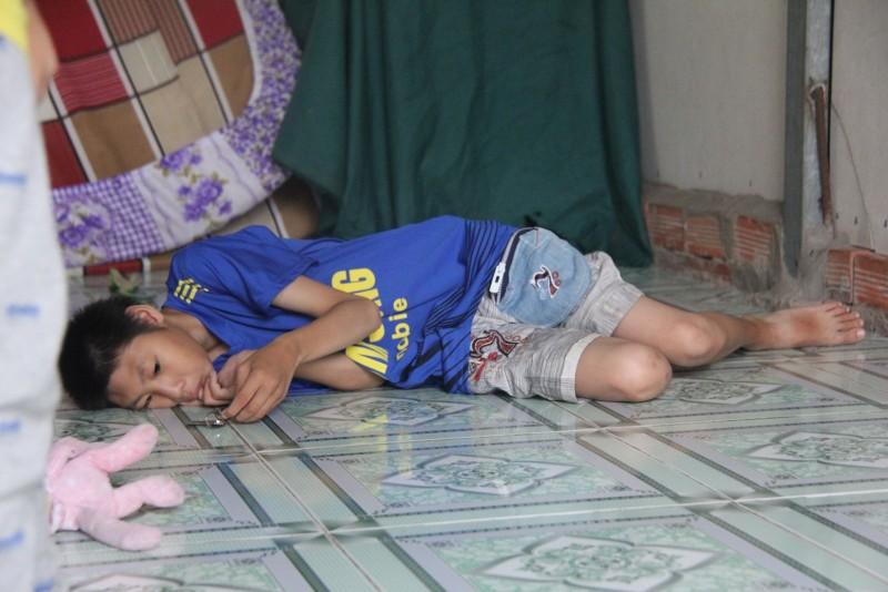 Hai đứa trẻ thường xuyên đau ốm, hay phát sốt. Mỗi lần con bệnh anh lại tất bật ngược xuôi để gom góp tiền mua thuốc cho con.