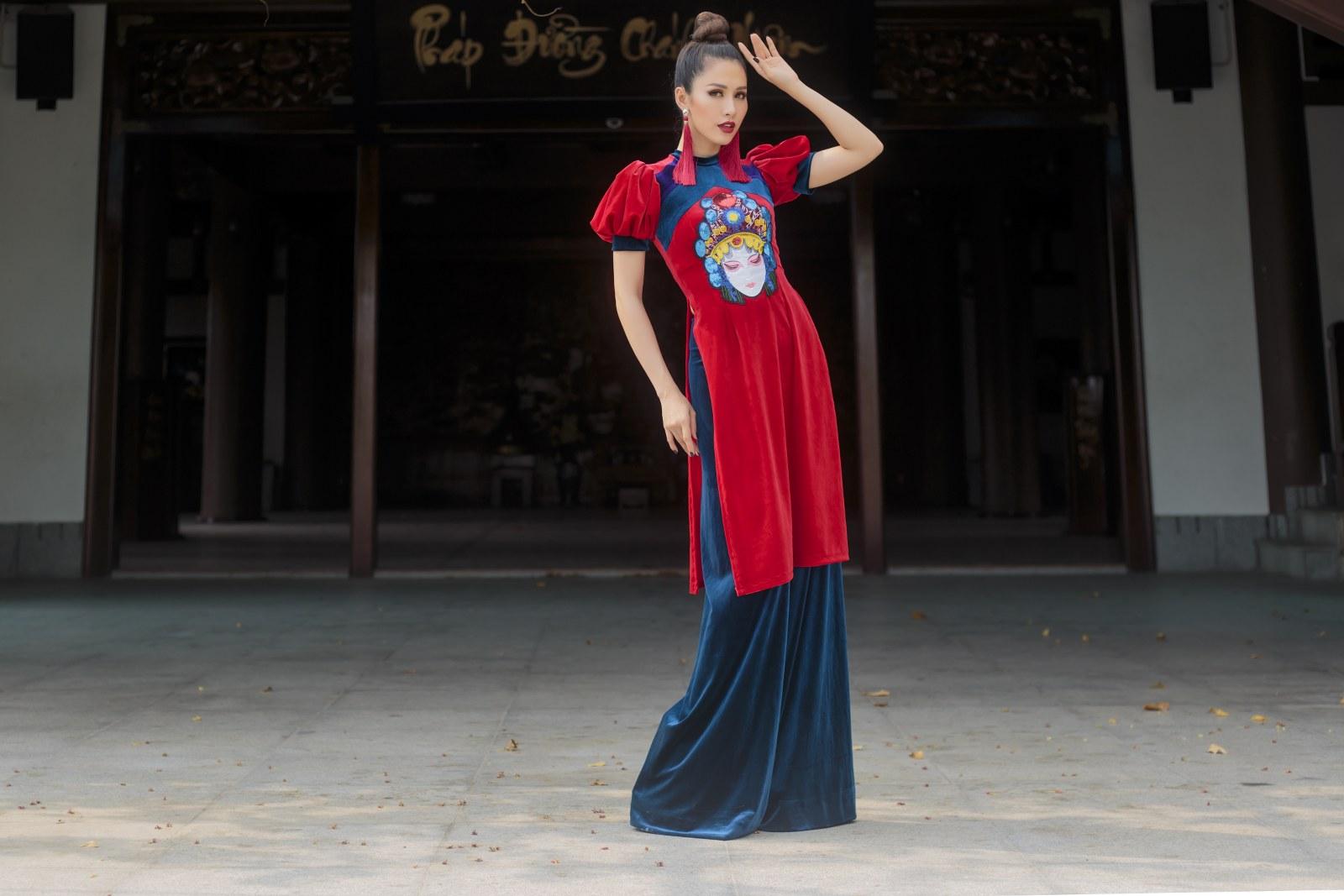 """Trong BST """"Dáng Việt muôn nơi"""", hai cha con NTK đã lấy ý tưởng từ bộ môn nghệ thuật Tuồng xuất xứ ở Bình Định. Đây là một loại hình nghệ thuật được gìn giữ qua các thế kỷ đến nay được NTK Nhật Dũng đưa lên tà áo dài Việt làm mới lạ và sinh động"""