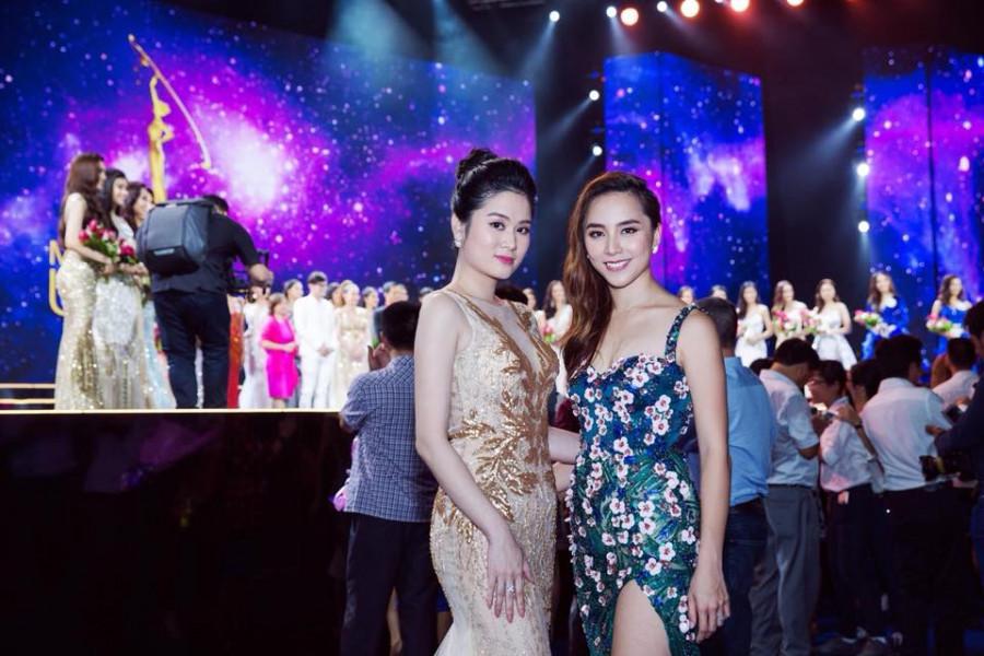 Á hậu Thiên Lý dành lời khen ngợi cho sắc vóc trẻ trung của NTK Linh Bùi.