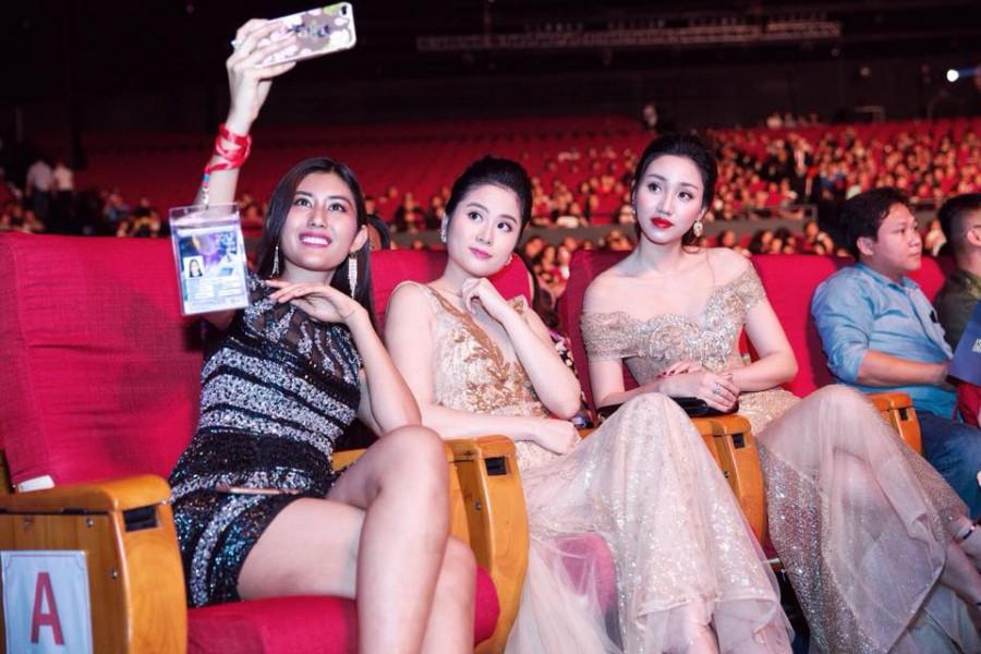 Trong vai trò nhà tài trợ trang phục dạ hội cho cuộc thi Hoa hậu Hoàn vũ Việt Nam 2017, Linh Bùi có cơ hội gặp gỡ, trò chuyện với nhiều người đẹp như Á hậu Dương Trương Thiên Lý và Á hậu Hoàn vũ 2015 Ngô Trà My.