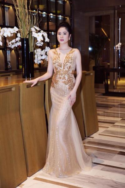 Xuất hiện trong chương trình, NTK Linh Bùi diện bộ váy đuôi cá do chính cô thiết kế, với tông màu vàng gợi cảm và sang trọng.