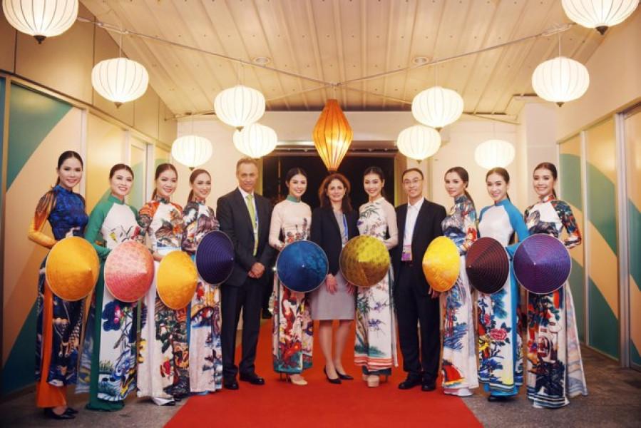 Hoa hậu Việt Nam 2010 cho biết, cô cảm thấy rất tự hào khi đã có cơ hội trình diễn áo dài tại tiệc chào mừng Hội nghị cấp cao APEC 2017.