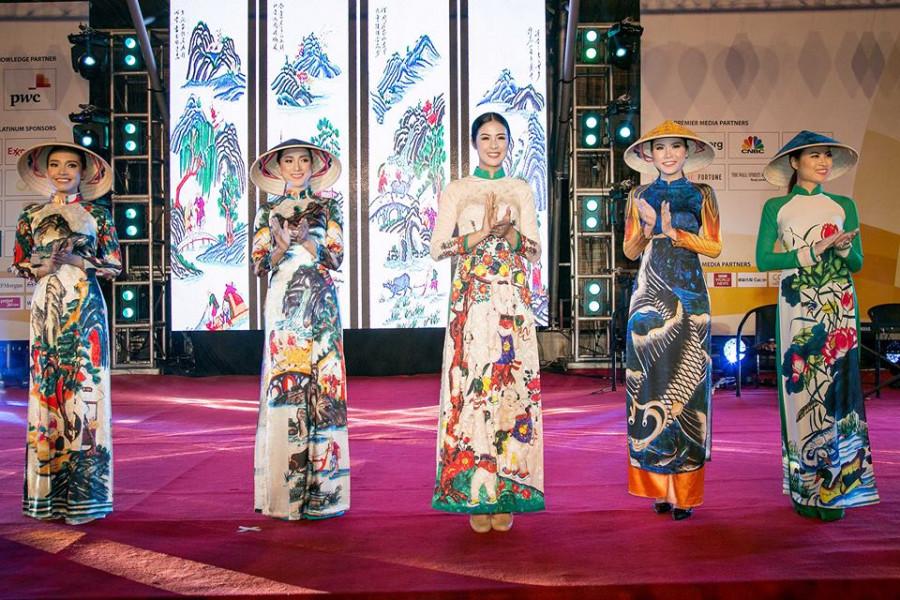 """Hoa hậu chia sẻ, cô đã giới thiệu đến các quan khách bộ sưu tập áo dài """"Bức họa đồng quê"""" và nhận được rất nhiều tràng vỗ tay của mọi người."""