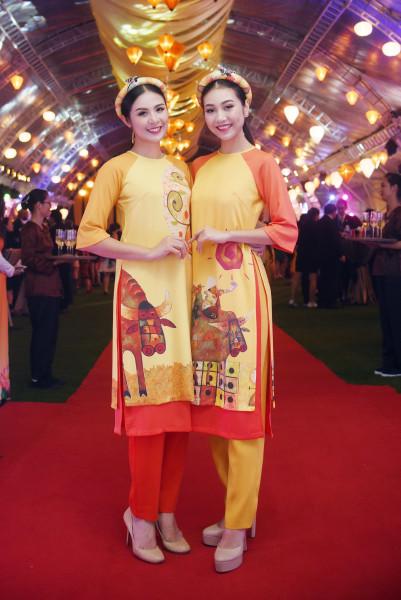 Góp mặt trong màn trình diễn áo dài của Ngọc Hân tối qua còn có Bùi Nữ Kiều Vỹ - Người đẹp áo dài của Hoa hậu Việt Nam 2016