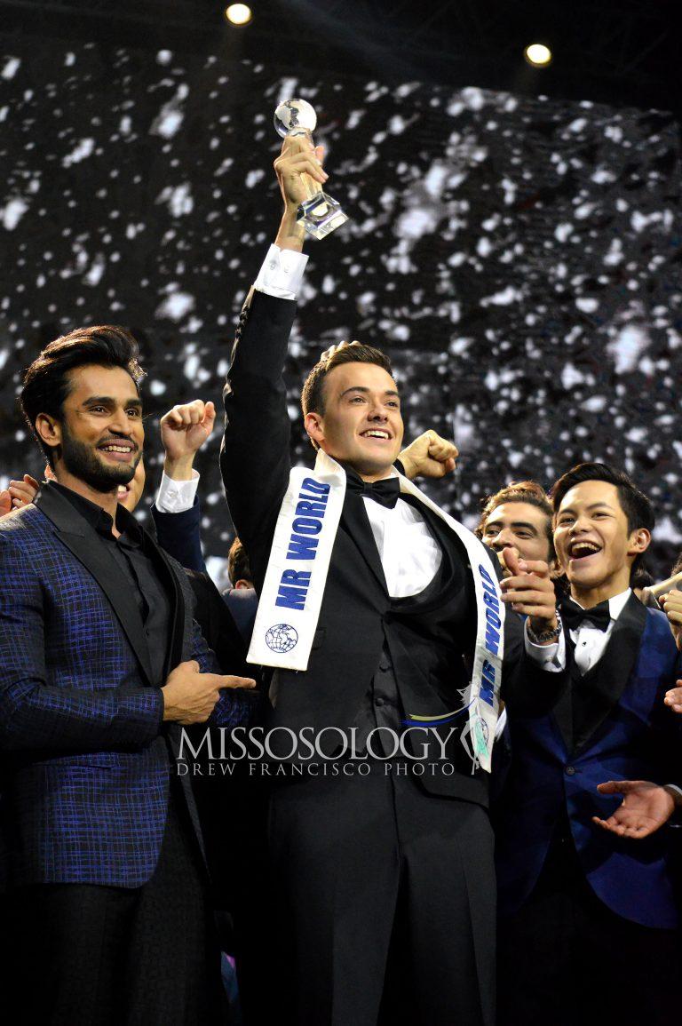 Tân Nam vương Thế giới Jack Heslewood nhận danh hiệu từ người tiền nhiệm Rohit Khandelwal (bìa trái) - Mr World 2016 đến từ Ấn Độ