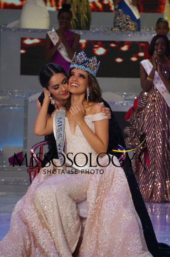 Trong phút đăng quang, Vanessa Ponce đón nhận lời chúc mừng từ người tiền nhiệm - Hoa hậu Thế giới 2017
