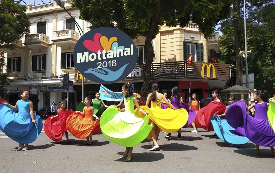 Dù trời khá oi nóng nhưng các bạn nhỏ của Câu lạc bộ Ngọc Trai Việt vẫn biểu diễn hết mình để cổ động cho Mottainai.
