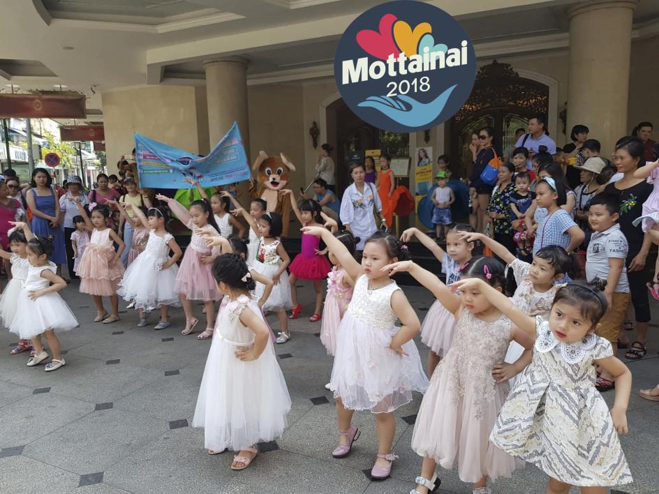 Các bé thu hút sự chú ý của những người xung quanh bằng vũ điệu đáng yêu