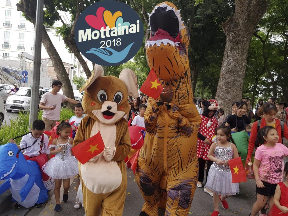 Tất nhiên không thể thiếu màn diễu hành với những chú khủng long, chuột Jerry, mèo Hello Kitty ngộ nghĩnh.