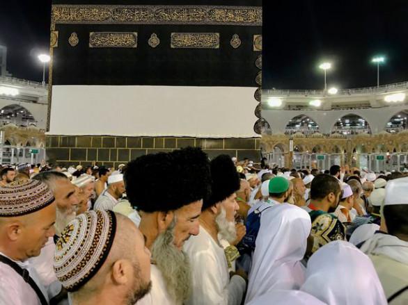 Chính phủ Saudi Arabia thông báo đã cấp hơn 1,7 triệu visa cho khách hành hương Hajj, trong đó có khoảng 1,6 triệu khách hành hương đã có mặt tại Saudi Arabia sớm. Theo Thứ trưởng Ngoại giao Saudi Arabia, Tamim Al-Dosary, các cơ quan ngoại giao và đại diện của nước này ở nước ngoài đã cấp thị thực cho khách hành hương một cách nhanh chóng do có áp dụng công nghệ điện tử tiên tiến.