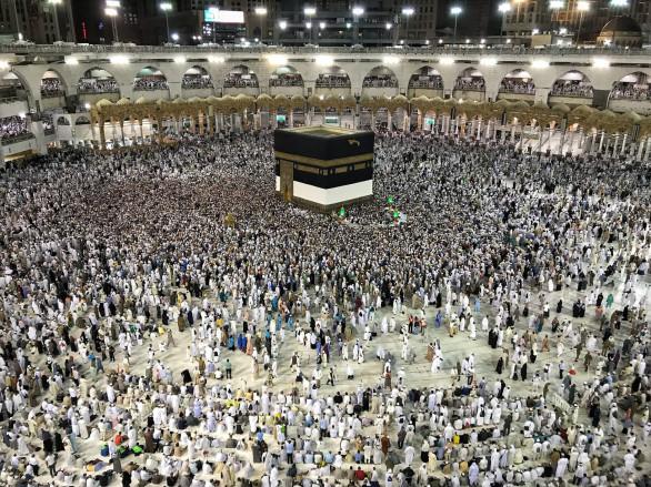 Sau khi cầu nguyện và đi bộ 7 vòng ngược chiều kim đồng hồ quanh Kaaba ở Mecca, người hành hương tới khu vực núi Arafat, nơi nhà tiên tri Muhammad đã thuyết giảng lần cuối cùng. Từ núi Arafat, người hành hương đi đến khu vực Muzdalifa, nhặt những viên sỏi dọc đường để thực hiện nghi thức ném đá ma quỷ tại thung lũng Mina trong 3 ngày lễ hội Eid-al-Adha.