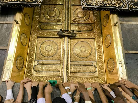 Nhiều năm qua, Chính phủ Saudi Arabia đã chi hàng tỷ USD để cải thiện sự an toàn của Hajj, đặc biệt ở Mina, nơi đã xảy ra một số sự cố chết người, trong đó có vụ giẫm đạp năm 2015 làm hơn 2.400 người chết.