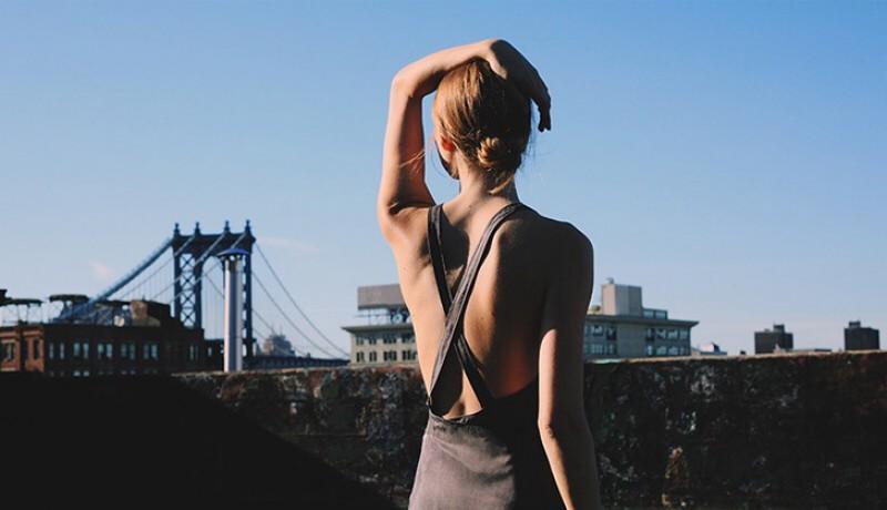 Đừng để tóc chạm gáy: Sau khi áp dụng dầu xả lên tóc hãy búi tóc lên cao tránh khỏi lưng để đảm bảo lưng không bị dính dầu xả có thể không xả được hết và dẫn đến mụn. Bên cạnh đó, khi đổ mồ hôi, hãy buộc hoặc búi tóc cao để mồ hôi hoặc bụi bẩn không bị dính trên da bạn.