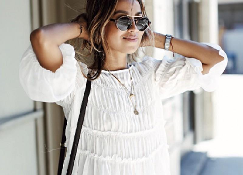 """Mặc quần áo rộng: Hãy """"kết bạn"""" với những trang phục làm từ vải cotton hoặc các loại vải thoáng khí. Bởi lẽ bất cứ thứ gì dính quá chặt, quá khít vào cơ thể hay ngăn chặn việc toát mồ hôi đều khiến mụn phát sinh."""