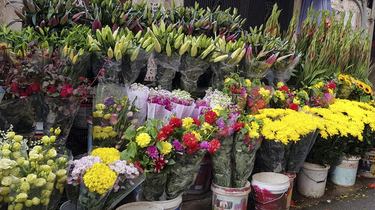 Cùng với trái cây, hoa tươi cũng bạt ngàn các chợ. Không chỉ tại các chợ hoa đầu mối, mà tại các chợ dân sinh, nơi nào cũng dễ dàng mua các loại hoa ngày Tết với mức giá nang bằng, thậm chí rẻ hơn những ngày trước đó. Sáng ngày 30 Tết, hoa lys có giá 150.000 – 180.000 đồng/chục, hoa cúc: 30.000 đồng/chục, vilolet: 10.000 đồng/bó…