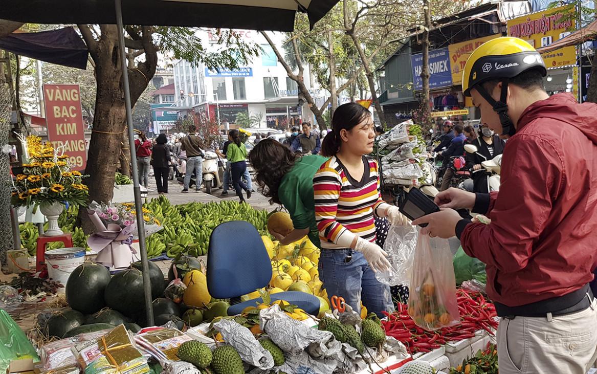 Trái với lo lắng của nhiều người, hàng hóa sẽ khan hiếm và đắt đỏ trong ngày cuối năm, tại các chợ lớn nhỏ của Hà Nội trong ngày 4/2/2019 (ngày 30 Tết), nguồn cung hàng hóa khá dồi dào, đa dạng và giá cả không có nhiều biến động