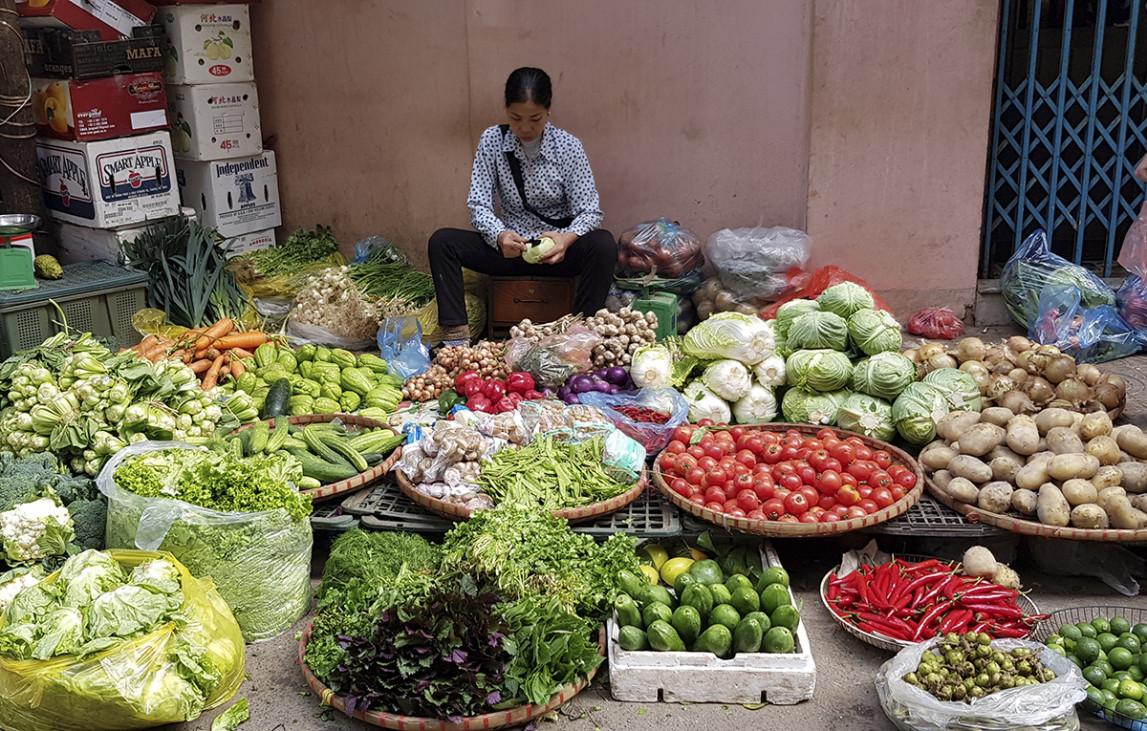 Tương tự như trái cây, hoa tươi, giá cả rau xanh cũng không có biến động. Chị Quỳnh, bán rau tại phố Đội Cấn, Hà Nội, cho biết, năm nay thời tiết thuận lợi, rau củ phát triển nhanh, đa dạng chủng loại