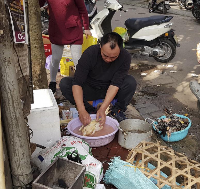 Trong ngày cuối năm này, một số mặt hàng tăng giá nhẹ, từ 10 – 20% là thủy hải sản, gà cúng, thịt bò, thịt lợn