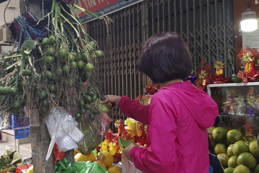 Chiếm số lượng chủ đạo vẫn là các mặt hàng trái cây phục vụ cho các gia đình bày mâm ngũ quả và sử dụng trong dịp Tết