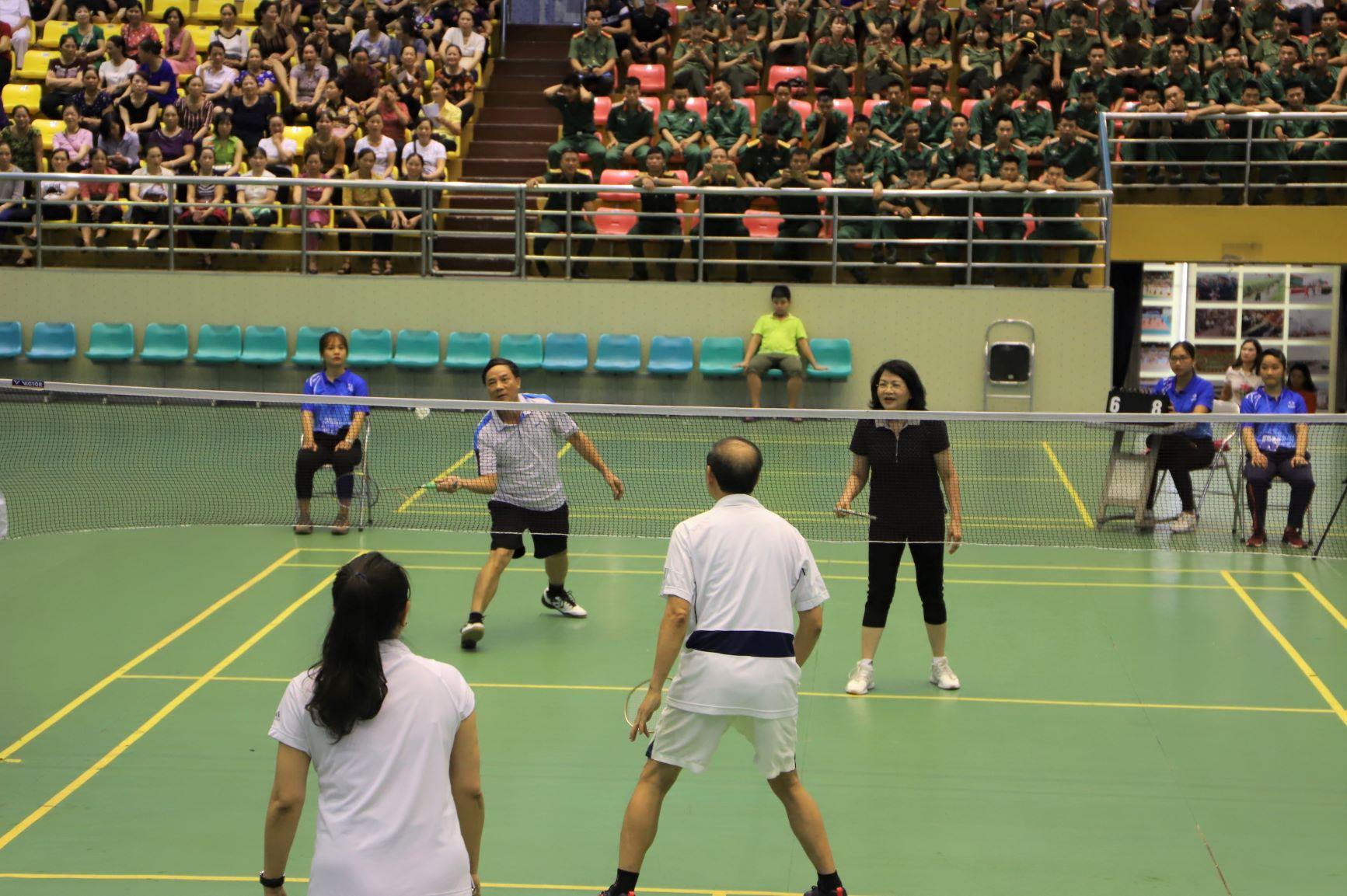 Tại buổi khai mạc Liên hoan Thể dục thể thao phụ nữ toàn quốc năm 2019 diễn ra sáng 20/6 tại Bắc Ninh, bốn vận động viên đặc biệt đã có trận giao hữu cầu lông đôi nam nữ khiến khán giản thích thú.