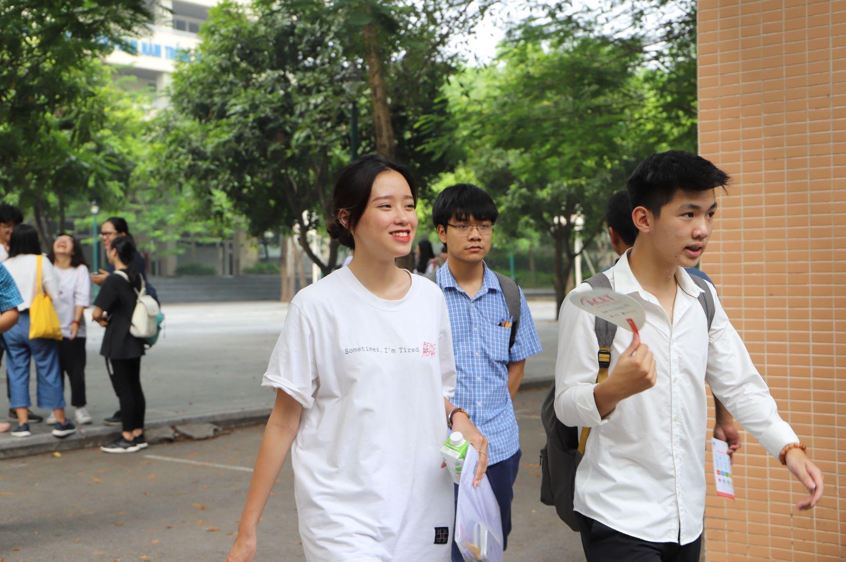 Học sinh thong dong đi ra khỏi cổng trường, dư âm của một buổi thi như ý vẫn đọng lại qua nụ cười nhẹ nhõm của một nữ sinh cùng bạn mình