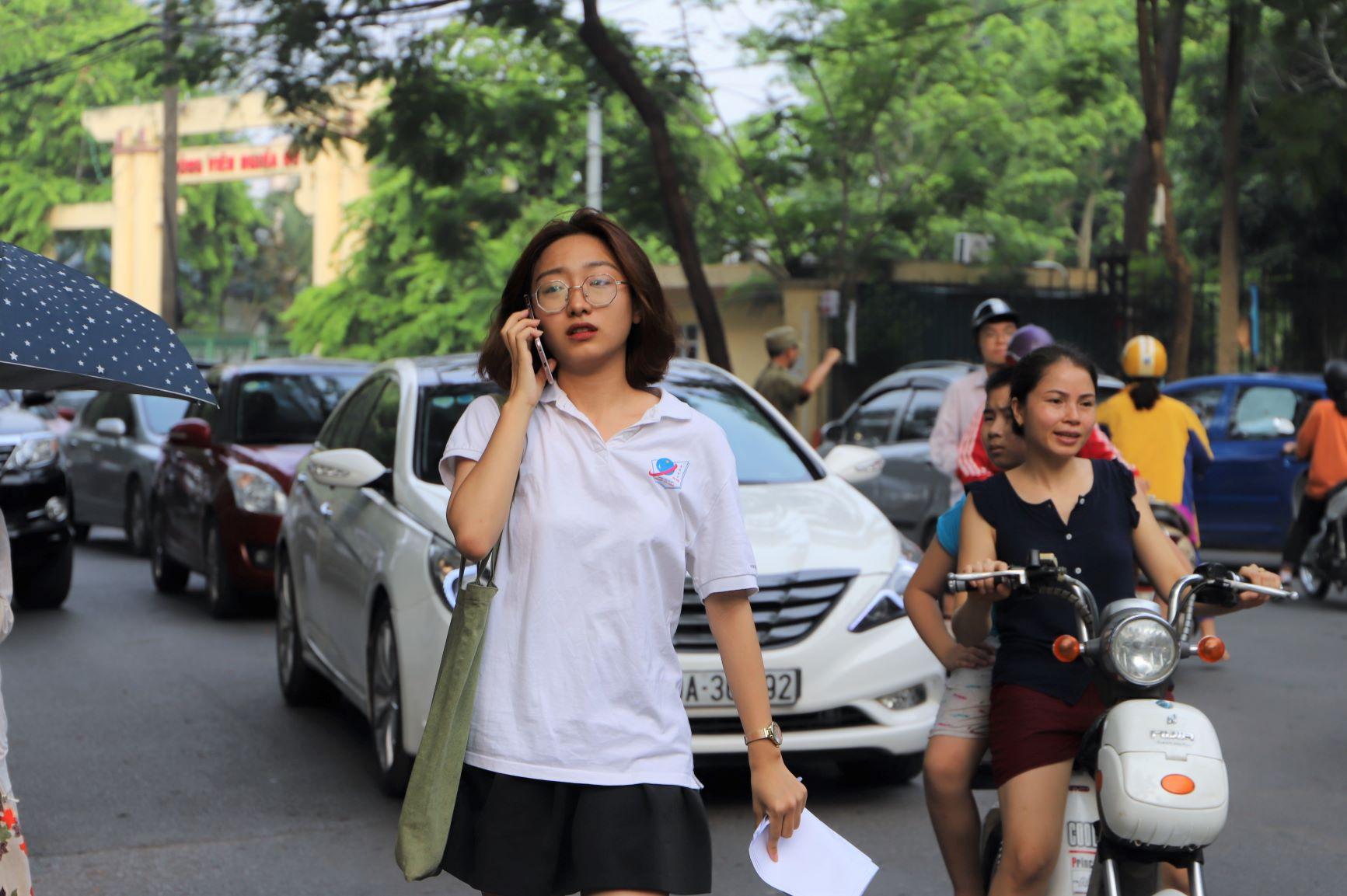 Một nữ sinh vội vã gọi điện thông báo cho người thân sau khi thi xong