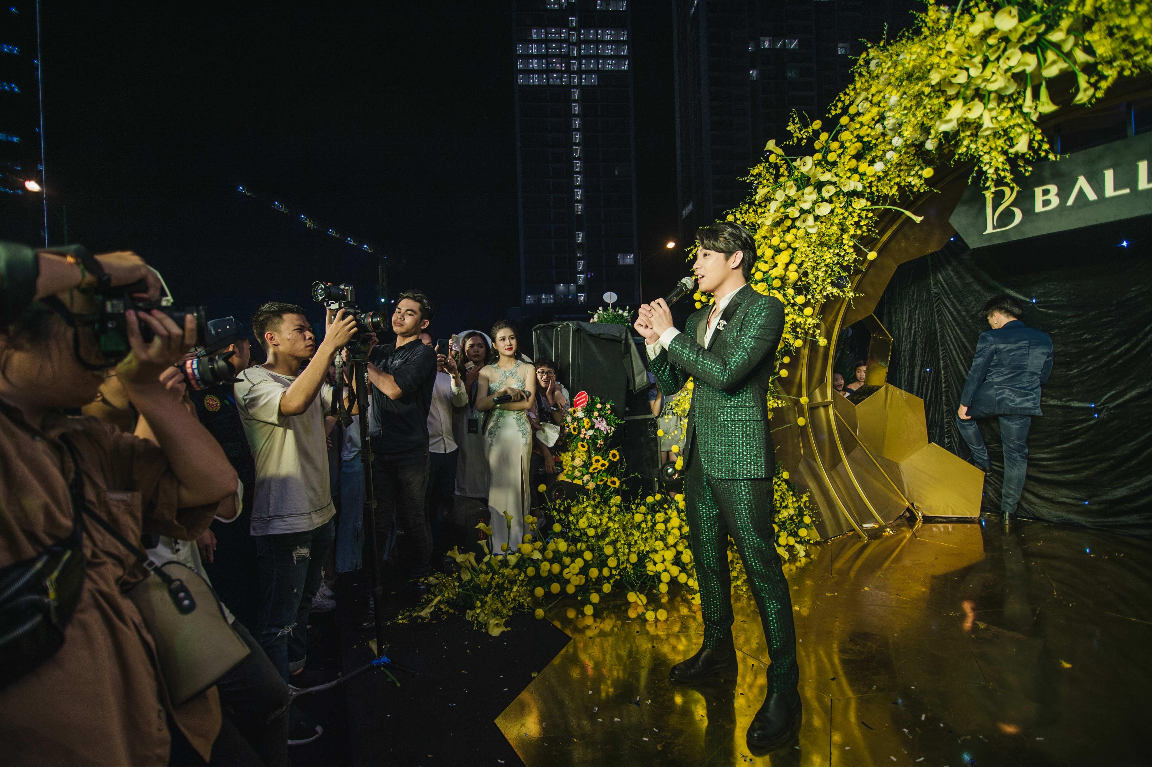 """Trong sự kiện khai trương, huấn luyện viên Giọng hát Việt 2018 không quên đến những ca khúc sôi động như """"Mãi mãi bên nhau"""", """"Hold Me Tonight"""" và bản hit mới nhất """"Đến với nhau là sai""""."""