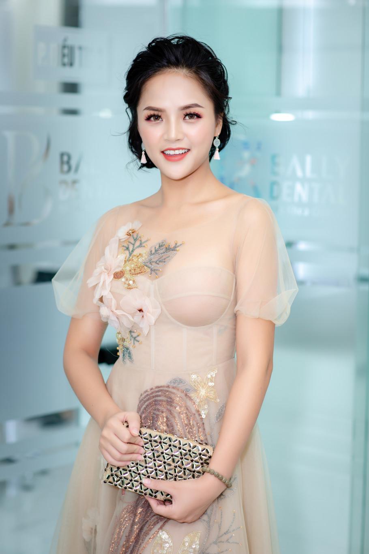 Hình ảnh yêu kiều, nữ tính của Thu Quỳnh khác hẳn với vai diễn đanh đá, ghê gớm của cô trên sóng truyền hình. Khoác lên mình bộ váy ren màu nude thướt tha của NTK Hòa Nguyễn, nữ diễn viên xinh đẹp như nàng công chúa.