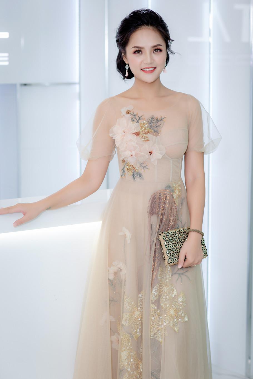 Xuất hiện trong sự kiện khai trương nha khoa thẩm mỹ tại Hà Nội, nữ diễn viên Thu Quỳnh khiến mọi người không khỏi ngỡ ngàng khi xuất hiện với hình ảnh dịu dàng, nhẹ nhàng.