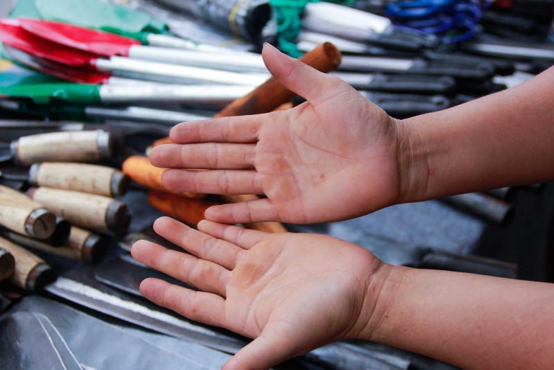 Chị Mai cho biết: Mỗi ngày, xưởng rèn của chị sản xuất hơn 400 con dao. Gắn bó với nghề rèn từ bé, nên đôi bàn tay của chị chai sần, rắn sạm như tay đàn ông.