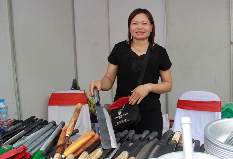 Là thành viên TYM từ năm 2011, chị Đoàn Thị Mai (Nam Trực, Nam Định) đã đầu tư hơn 200 triệu đồng mua máy móc rèn sắt, sản xuất các dụng cụ gia đình và nông cụ.