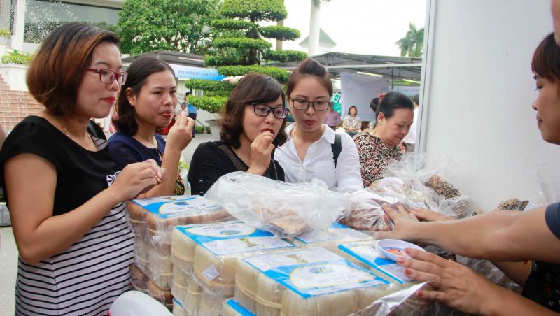 Với hơn 20 gian hàng, phiên chợ quy tụ nhiều sản vật, đặc sản của chính các chị em thành viên TYM sản xuất và cung cấp cho thị trường.
