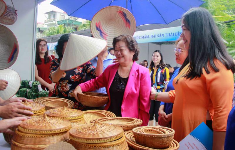 Tham dự phiên chợ xanh, nguyên Phó Chủ tịch nước Trương Mỹ Hoa đã đến thăm từng gian hàng và hỏi thăm, động viên các thành viên TYM