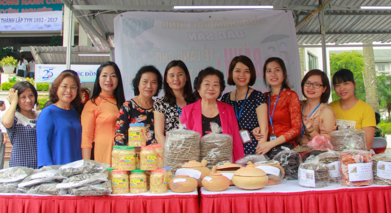 Nguyên Phó Chủ tịch nước trò chuyện và chụp ảnh lưu niệm cùng chị em phụ nữ đã có thành công trong phát triển kinh tế gia đình.