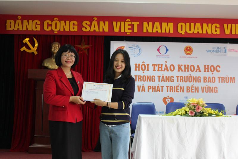 Ngoài ra, Phó Giám đốc Học viện Dương Kim Anh đã trao giải thưởng Cuộc thi Sáng tác nghệ thuật