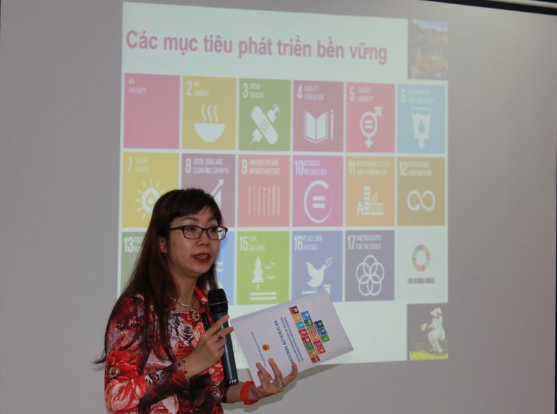 """Trong bài phát biểu """"Giới và các mục tiêu phát triển bền vững (SDG) đến 2030"""", TS. Vũ Phương Ly đến từ UN Women nhấn mạnh rằng cần giải quyết các vấn đề gốc rễ của nghèo đói và bất bình đẳng , yêu cầu mang tính toàn cầu về sự phát triển đem lại lợi ích cho tất cả mọi người để không để ai bị bỏ lại phía sau. Bên cạnh đó, mục tiêu riêng cho bình đẳng giới (SDG 5) cần được lồng ghép giới vào 16 các mục tiêu SDG còn lại."""