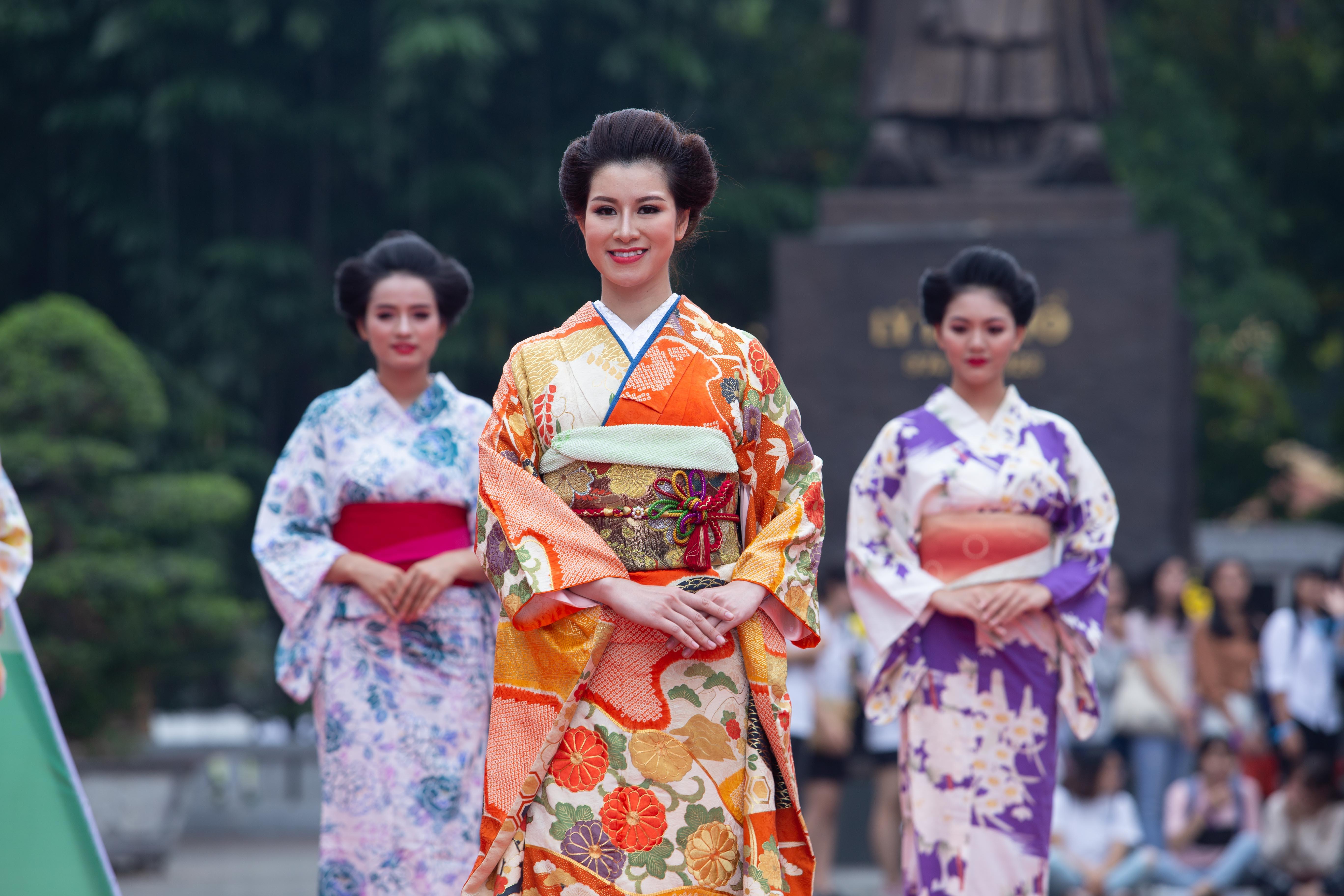 Diễn viên Huyền Trang trình diễn bộ kimono. Nữ diễn viên đã góp mặt trong nhiều bộ phim truyền hình