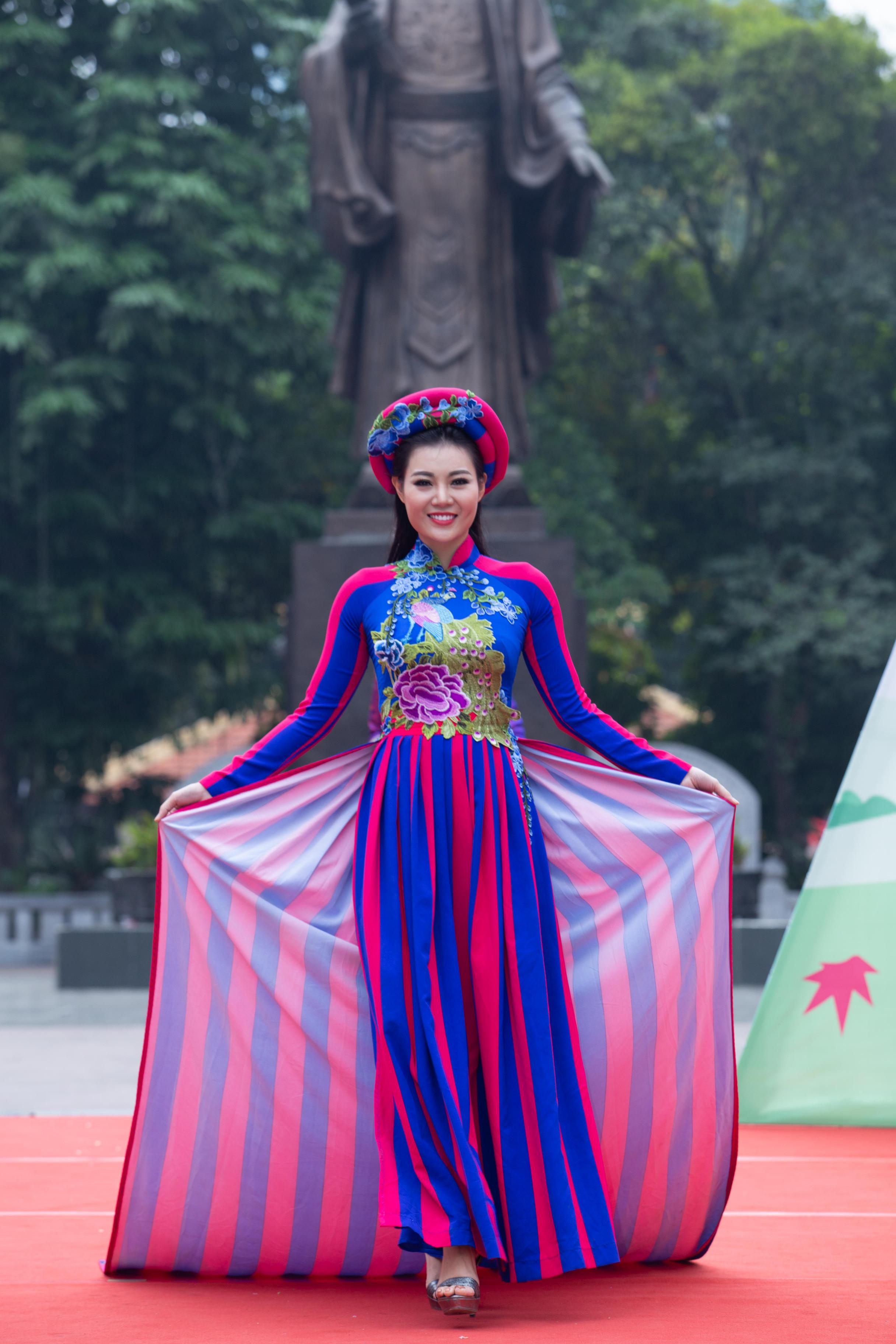 Diễn viên Thanh Hương khiến khán giả bất ngờ khi xuất hiện trên sàn diễn thời trang với vai trò người mẫu