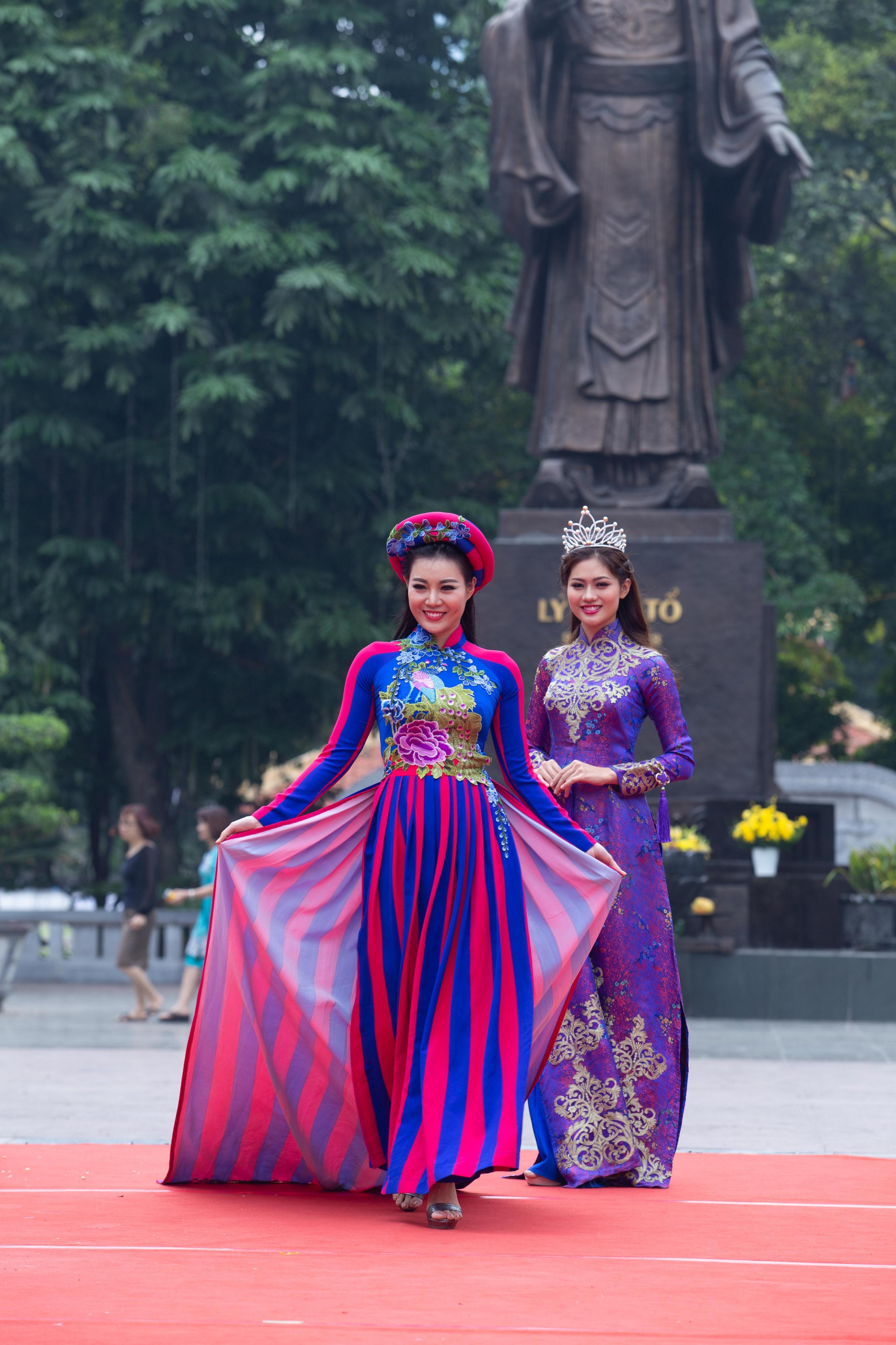 Vũ Hương Giang có dịp đứng chung sân khấu với Thanh Hương - diễn viên đóng vai Lan  trong bộ phim đang gây sốt