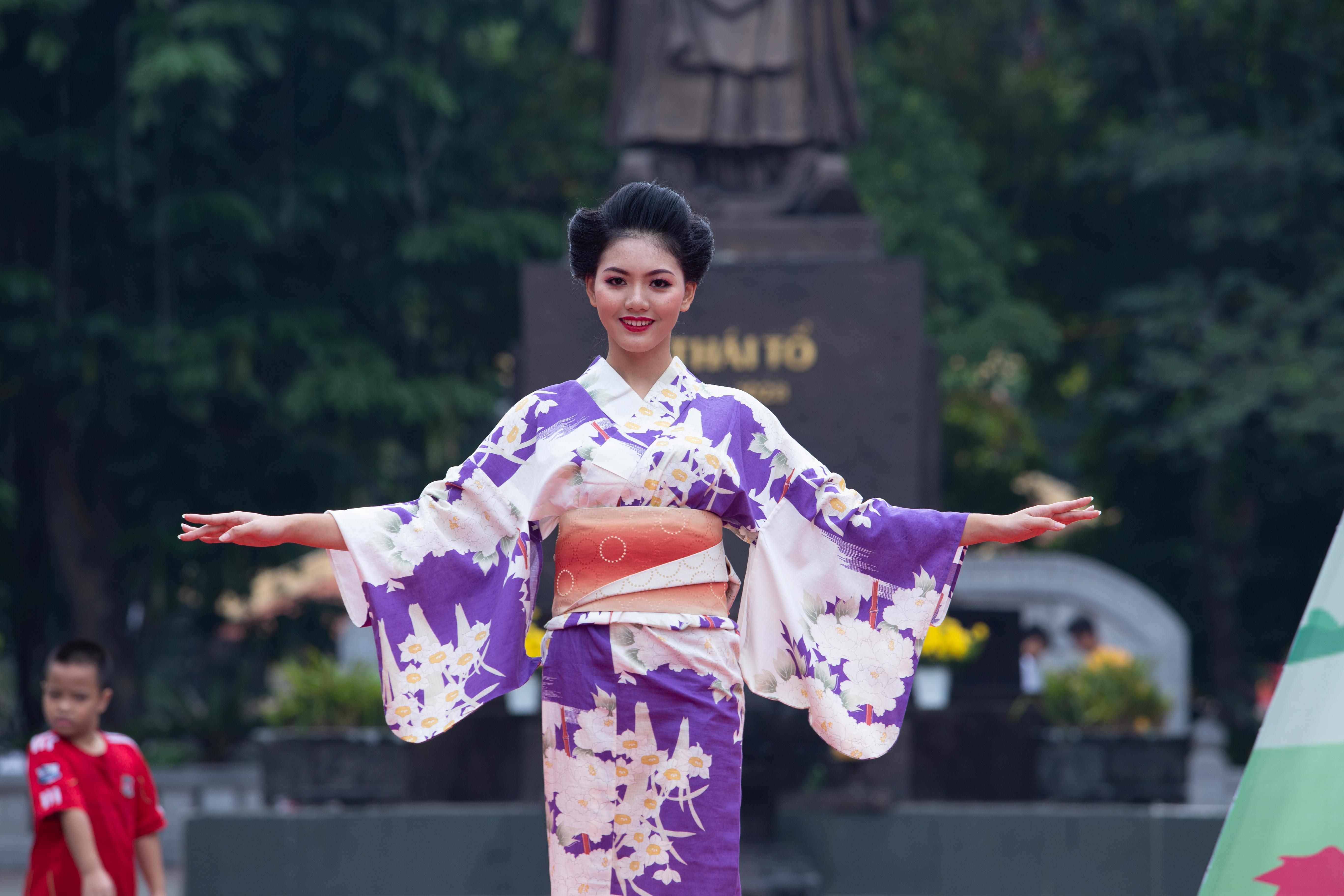 Người mẫu Hoàng Yến thuộc Truc Model Academy trình diễn bộ Yukata của Nhật Bản