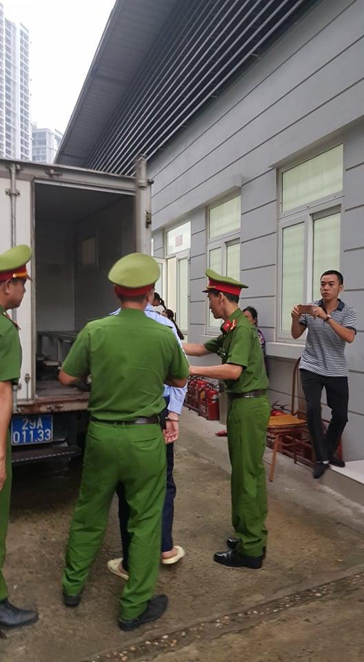 Lực lượng cảnh sát đưa bị cáo rời xe thùng để vào phòng xét xử.