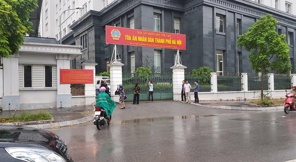 Mặc dù trời mưa, nhưng từ sáng sớm nhiều người dân đã có mặt trước cổng TAND thành phố Hà Nội (ngõ 1, phố Phạm Văn Bạch) để theo dõi phiên tòa. Ai cũng mong có một bản án thích đáng dành cho kẻ đồi bại.