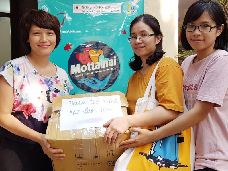 Thích lối sống tối giản, cô gái trẻ mang 4 thùng đồ đến tặng Mottainai 2018