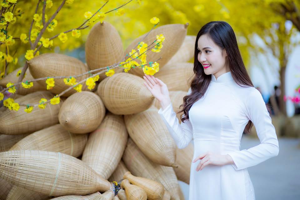 Người đẹp Cộng đồng - Top 10 Miss Photo 2017 Nguyễn Thanh Trúc tinh khôi trong áo dài trắng bên hoa mai vàng